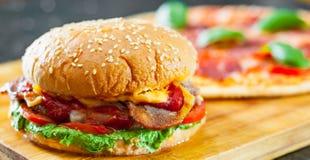 Hamburguer do queijo do bacon com a cebola e a pizza do tomate do rissol de carne com mozzarella, presunto, tomates, salame, pime Fotos de Stock