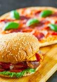 Hamburguer do queijo do bacon com a cebola e a pizza do tomate do rissol de carne com mozzarella, presunto, tomates, salame, pime Imagens de Stock Royalty Free