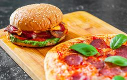 Hamburguer do queijo do bacon com a cebola e a pizza do tomate do rissol de carne com mozzarella, presunto, tomates, salame, pime Imagem de Stock Royalty Free