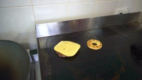 Hamburguer do rissol com queijo para fritar em uma bandeja filme