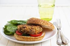 Hamburguer do Vegan com espinafre Fotos de Stock Royalty Free