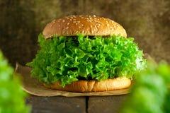 Hamburguer do vegetariano com conceito do salat e dos vegetais fotografia de stock