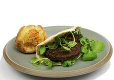 Hamburguer do vegetariano no pão de Pitta com batata cozida Foto de Stock Royalty Free