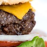 hamburguer e batatas fritas Casa-feitos Fotografia de Stock Royalty Free