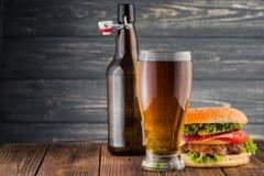 Hamburguer e cerveja imagem de stock royalty free
