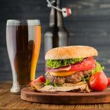 Hamburguer e cerveja foto de stock