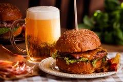Hamburguer e cerveja Imagens de Stock Royalty Free