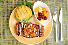 Hamburguer japonês havaiano da galinha do alimento da fusão fotos de stock royalty free