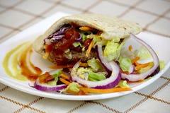 Hamburguer no pão do pão árabe fotografia de stock