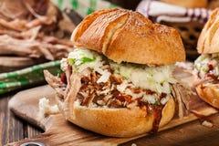 Hamburguer puxado caseiro da carne de porco com salada da salada de repolho fotografia de stock
