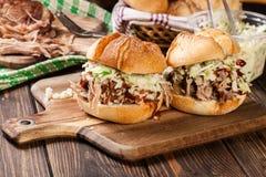 Hamburguer puxado caseiro da carne de porco com salada da salada de repolho imagem de stock royalty free