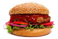 Hamburguer suculento com carne, tomates, cebolas e salada sob a ketchup saboroso imagens de stock