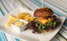 Hamburguer suculento da carne com fritadas Foto de Stock Royalty Free