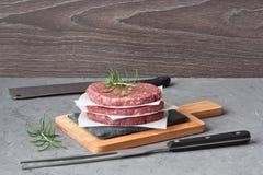 Hamburguer triturado cru da carne da carne para o assado da grade fotos de stock royalty free