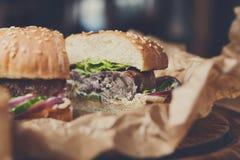 Hamburgueres americanos clássicos, fast food no fundo de madeira fotos de stock royalty free