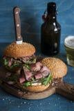 Hamburgueres caseiros e cervejas da carne do bife Foto de Stock Royalty Free
