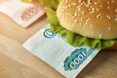 Hamburgueres com contas diferentes dos rublos de russo do valor Imagem de Stock