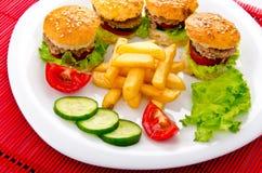 Hamburgueres com fritadas francesas Fotos de Stock