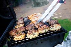 Hamburgueres crepitantes e kebabs da galinha Fotografia de Stock Royalty Free