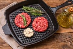 Hamburgueres crus da carne orgânica imagem de stock royalty free