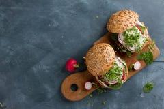 Hamburgueres da beterraba do cuscuz do vegetariano fotografia de stock royalty free