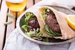 Hamburgueres do cordeiro em um pão árabe foto de stock
