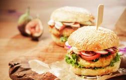 Hamburgueres do cuscuz do vegetariano com coberturas frescas imagem de stock royalty free