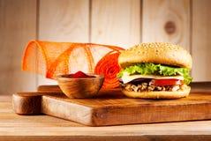 Hamburgueres do Fastfood com peru, queijo e vegetais da carne fotografia de stock royalty free
