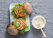 Hamburgueres do vegetariano - hamburgueres do grão-de-bico e da couve-flor em um fundo cinzento, vista superior Fotografia de Stock