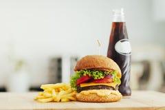 Hamburgueres feitos home grelhados saborosos e batatas fritas da carne Foto de Stock