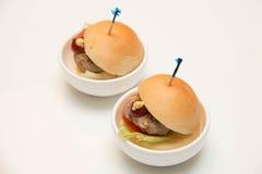 Hamburgueres pequenos dos mini hamburgueres da galinha para o serviço de abastecimento Imagens de Stock