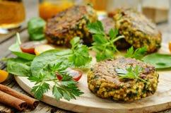 Hamburgueres picantes do caril do vegetariano com painço, grãos-de-bico e ervas imagens de stock