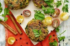 Hamburgueres picantes do caril do vegetariano com painço, grãos-de-bico e ervas imagens de stock royalty free