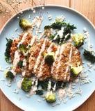 Hamburgueres saudáveis com os vegetais na placa azul Imagens de Stock