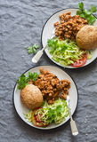 Hamburgueres triturados da carne de porco com salada em um fundo cinzento, vista superior Foto de Stock Royalty Free