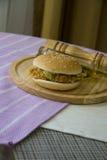 Hamburguesa americana del pollo Foto de archivo libre de regalías
