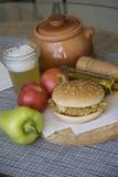 Hamburguesa americana tradicional del pollo Fotos de archivo