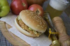 Hamburguesa americana tradicional del pollo Foto de archivo