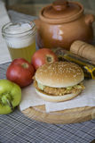 Hamburguesa americana tradicional del pollo Imagen de archivo libre de regalías