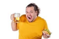 Hamburguesa antropófaga gorda divertida y bebida de consumición del alcohol en el fondo blanco imagen de archivo libre de regalías