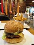 Hamburguesa asada a la parrilla del cordero en el restaurante de Grill'd Imagen de archivo