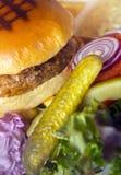 Hamburguesa asada a la parrilla jugosa de la carne de vaca Imagen de archivo