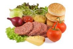 Hamburguesa, carne de vaca picadita y el resto de los ingredientes, en un fondo blanco Fotos de archivo