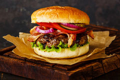 Hamburguesa con la carne y el tocino Fotografía de archivo libre de regalías