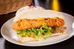 Hamburguesa con la pechuga de pollo desmenuzada de oro Fotos de archivo