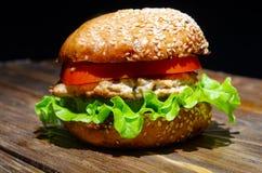 Hamburguesa con la piña, la ensalada y el tomate de la chuleta del pollo Imagen de archivo
