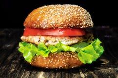 Hamburguesa con la piña, la ensalada y el tomate de la chuleta del pollo Fotos de archivo