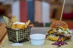 Hamburguesa con las fritadas Fotos de archivo libres de regalías