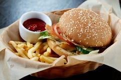 Hamburguesa con las fritadas Foto de archivo libre de regalías