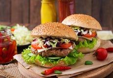 Hamburguesa con las hamburguesas jugosas, queso del bocadillo Foto de archivo libre de regalías